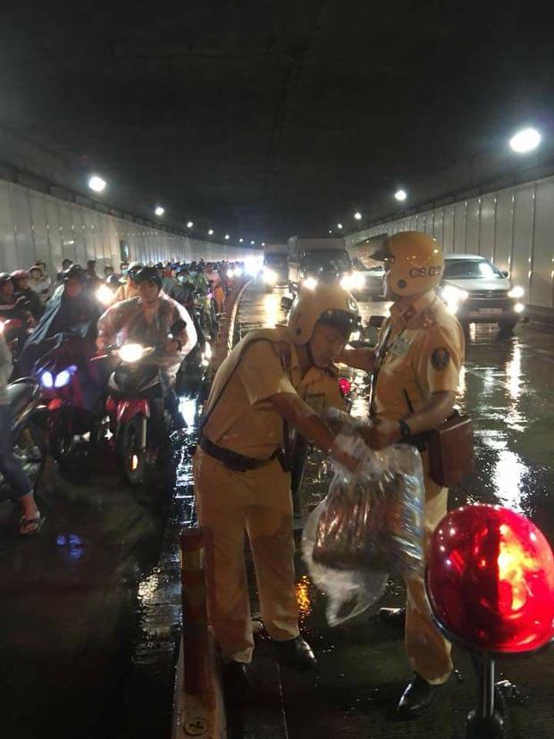 Hình ảnh đẹp đêm trung thu ở Sài Gòn: 2 chiến sĩ CSGT phát áo mưa miễn phí cho người dân trong hầm Thủ Thiêm - Ảnh 3.