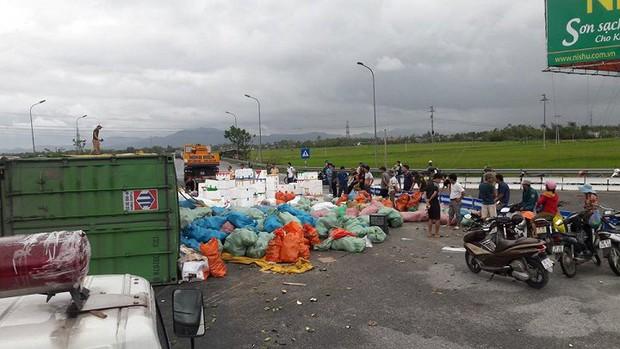 Lật xe container chở hơn 20 tấn hoa quả, dân tập trung thu gom giúp tài xế - Ảnh 2.