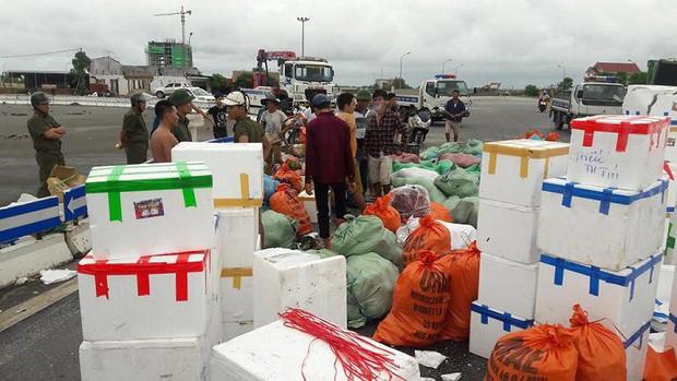 Lật xe container chở hơn 20 tấn hoa quả, dân tập trung thu gom giúp tài xế - Ảnh 3.