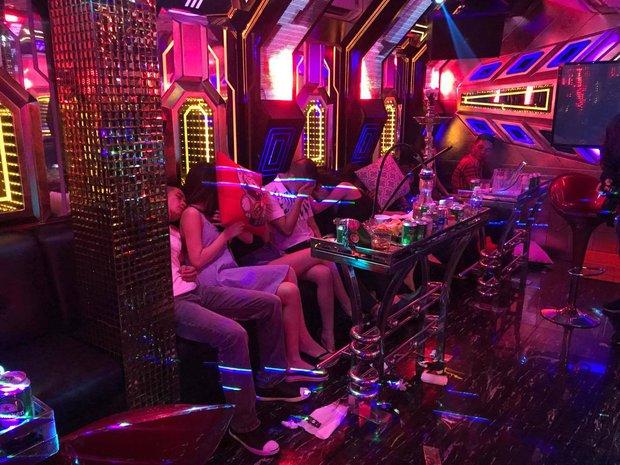Hàng chục cô gái dự tiệc ma túy, thác loạn trong nhà hàng karaoke ở Sài Gòn - Ảnh 1.