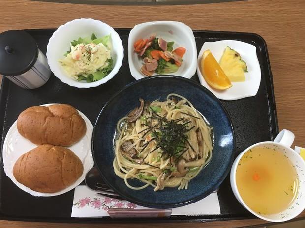 Đồ ăn bệnh viện đẳng cấp Nhật Bản: Nhìn qua bữa ăn của sản phụ, ai cũng tưởng đồ order nhà hàng - Ảnh 2.