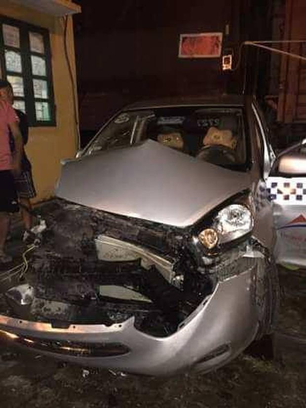Bắc Ninh: Bất chấp vượt đường ngang khi tàu đang đến, xe taxi bị đâm nát đầu - Ảnh 1.