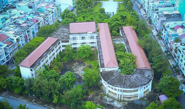 Cảnh u ám bên trong ngôi trường tiểu học 20 tỷ đồng bị bỏ hoang gần 10 năm giữa Sài Gòn - Ảnh 1.