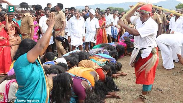 Ấn Độ: Hàng ngàn cô gái trẻ bị đánh đập dã man để chữa bệnh - Ảnh 1.
