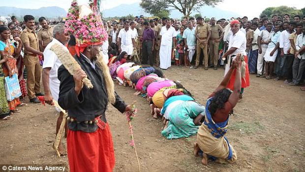 Ấn Độ: Hàng ngàn cô gái trẻ bị đánh đập dã man để chữa bệnh - Ảnh 2.