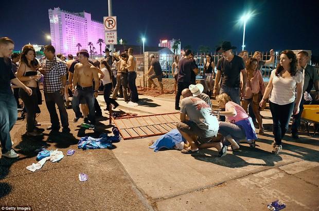 Vụ xả súng đẫm máu nhất lịch sử Mỹ: con số thương vong tại Las Vegas đã tăng lên hơn 250 người - Ảnh 2.