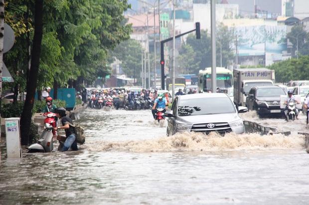 Mưa từ sáng sớm, người Sài Gòn bì bõm lội nước, chen chúc nhau đi làm - Ảnh 14.