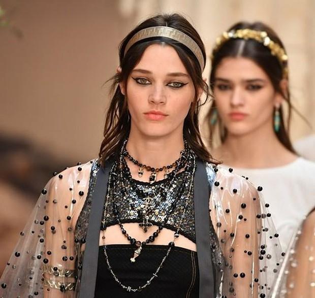 Hết đưa người xem lên vũ trụ, Chanel lại biến runway thành Hy Lạp cổ đại - Ảnh 20.