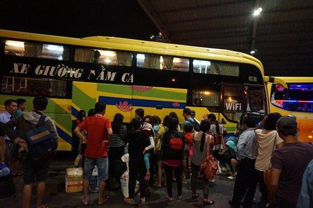 Bến xe Sài Gòn kẹt cứng lúc 2h sáng, khách vật vờ tìm đường về - Ảnh 3.