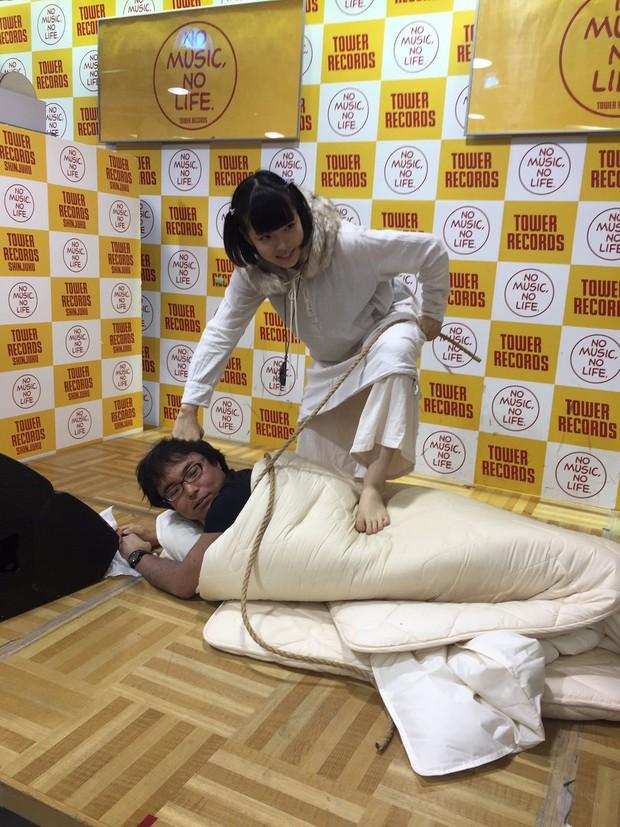 Nhóm nhạc nữ Nhật gây phẫn nộ vì sẵn sàng chụp ảnh giường chiếu với fan để bán được album - Ảnh 3.