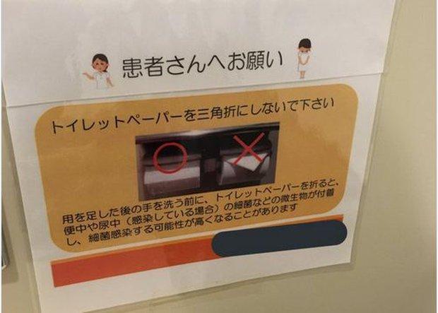Nhà vệ sinh công cộng bên Nhật thường có cuộn giấy gấp lại như thế này, bạn hiểu ý nghĩa của nó không? - Ảnh 3.
