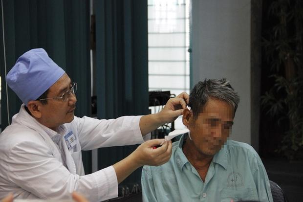 (HY HỮU) Cụ ông 73 tuổi phải nhập viện khoa Nhi điều trị - Ảnh 3.