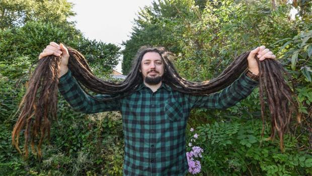 Chàng trai nuôi tóc suốt 13 năm nhưng đã quyết định cắt tóc vì một lý do cảm động - Ảnh 3.