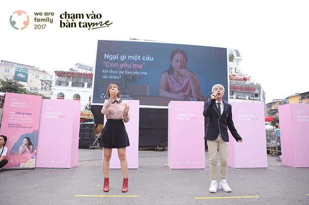 Hàng trăm khán giả hòa giọng hát về mẹ trong sự kiện ý nghĩa ở phố đi bộ Hồ Gươm - Ảnh 4.