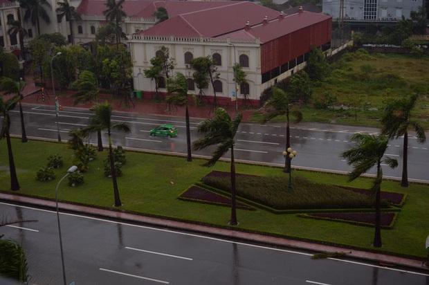 Bão số 10 đổ bộ vào đất liền, vùng tâm bão mưa to, gió giật mạnh - Ảnh 11.