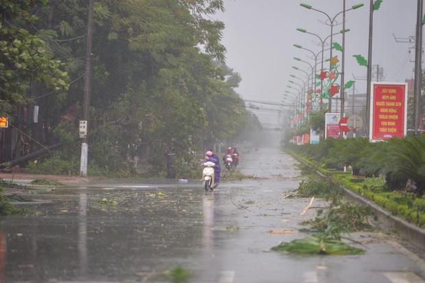 Bão số 10 đổ bộ vào đất liền, vùng tâm bão mưa to, gió giật mạnh - Ảnh 40.