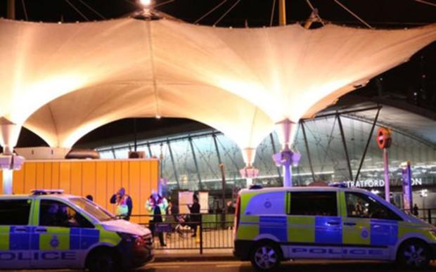 Tấn công bằng acid tại trung tâm mua sắm ở London (Anh) - Ảnh 3.