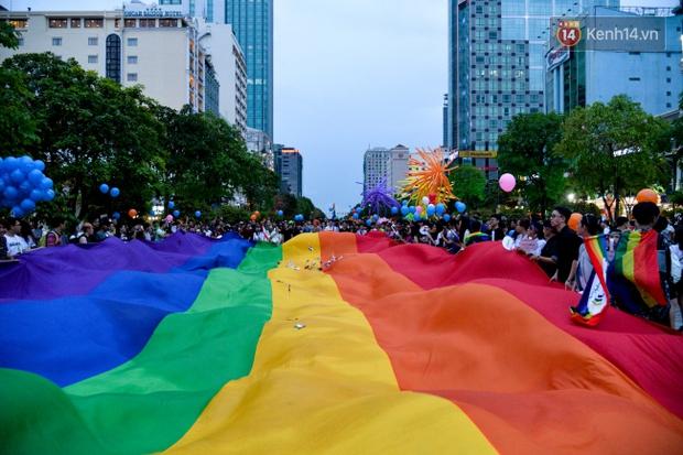 Khoảnh khắc hạnh phúc và những nụ hôn rực rỡ trong Ngày hội tự hào LGBT+ ở Sài Gòn và Hà Nội - Ảnh 16.
