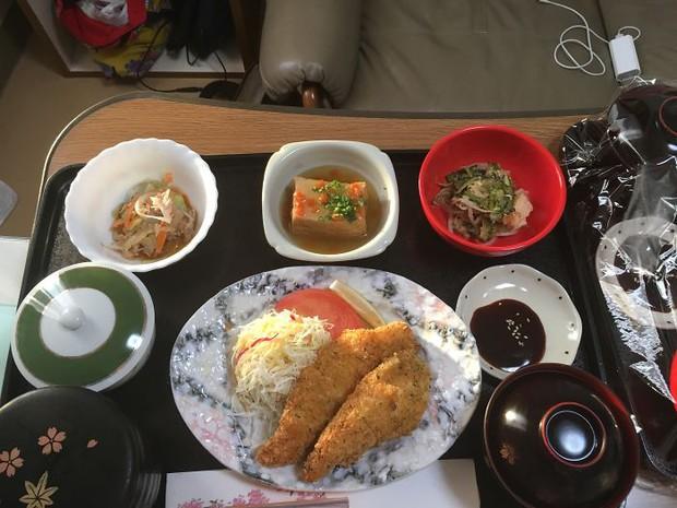 Đồ ăn bệnh viện đẳng cấp Nhật Bản: Nhìn qua bữa ăn của sản phụ, ai cũng tưởng đồ order nhà hàng - Ảnh 3.