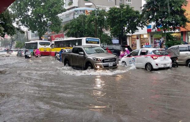Ảnh hưởng của bão số 2: Hà Nội mưa lớn kéo dài, nhiều tuyến phố chìm trong biển nước - Ảnh 16.
