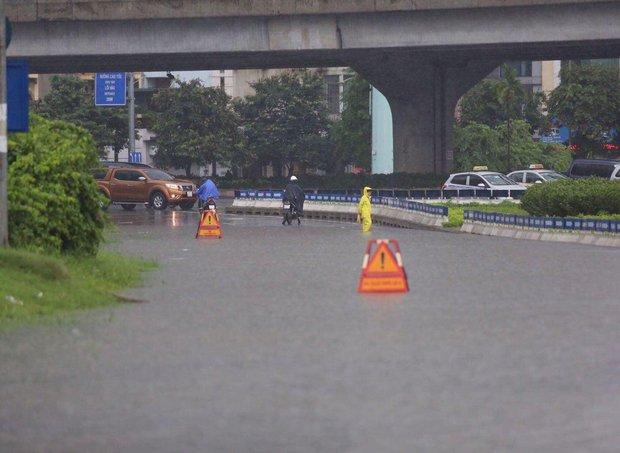 Ảnh hưởng của bão số 2: Hà Nội mưa lớn kéo dài, nhiều tuyến phố chìm trong biển nước - Ảnh 17.