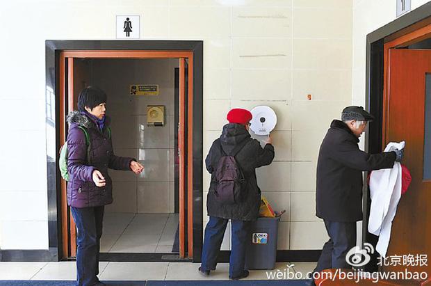 Trung Quốc: Ngay giữa thủ đô Bắc Kinh, đến giấy vệ sinh cũng bị biển thủ - Ảnh 4.