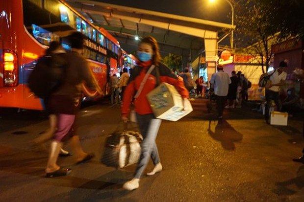 Bến xe Sài Gòn kẹt cứng lúc 2h sáng, khách vật vờ tìm đường về - Ảnh 4.