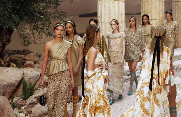 Hết đưa người xem lên vũ trụ, Chanel lại biến runway thành Hy Lạp cổ đại - Ảnh 4.