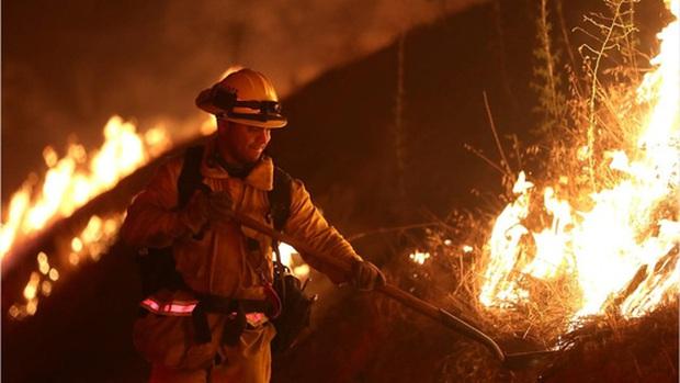 """Mỹ: Los Angeles """"gồng mình"""" trước vụ cháy rừng lịch sử - Ảnh 4."""