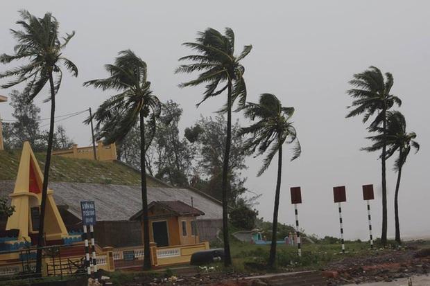 Chùm ảnh: Bão số 10 chưa qua, các tỉnh miền Trung đã tan hoang, ngập lụt - Ảnh 5.