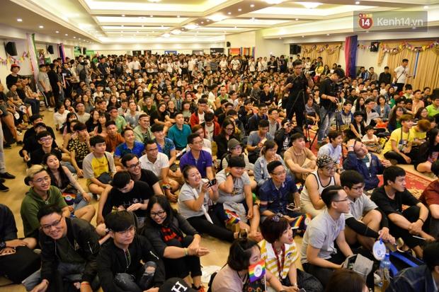 Khoảnh khắc hạnh phúc và những nụ hôn rực rỡ trong Ngày hội tự hào LGBT+ ở Sài Gòn và Hà Nội - Ảnh 18.