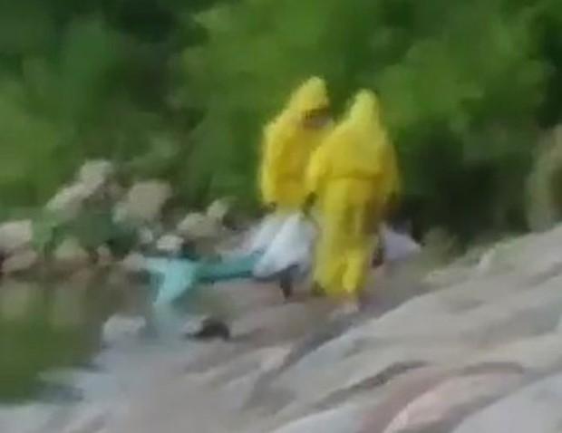 Đoạn video bí ẩn ghi lại cảnh một người cá được vớt từ dưới biển lên: Sự thật hay trò đùa của cư dân mạng? - Ảnh 3.