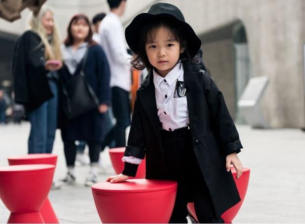 Cứ mỗi mùa Seoul Fashion Week đến, dân tình lại chỉ ngóng xem street style vừa cool vừa yêu của những fashionista nhí này - Ảnh 5.