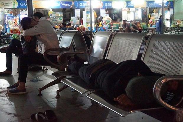Bến xe Sài Gòn kẹt cứng lúc 2h sáng, khách vật vờ tìm đường về - Ảnh 5.
