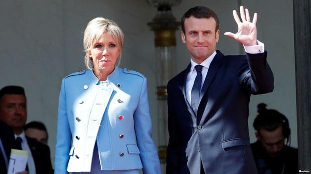 Đệ nhất phu nhân Pháp gây chú ý khi mặc đồ đi mượn trong lễ nhậm chức của chồng - Ảnh 1.