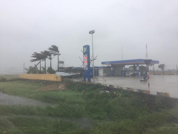 Bão số 10 đổ bộ vào đất liền, vùng tâm bão mưa to, gió giật mạnh - Ảnh 25.