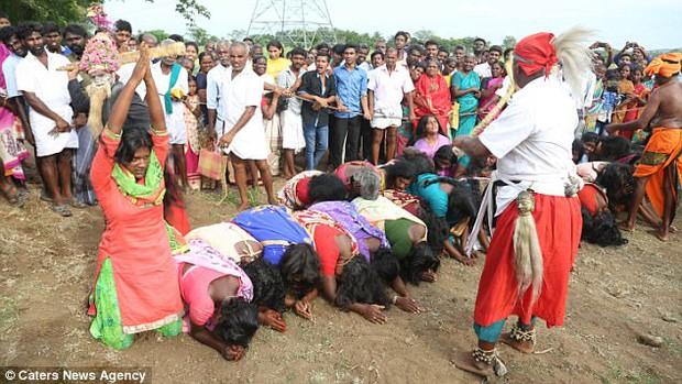 Ấn Độ: Hàng ngàn cô gái trẻ bị đánh đập dã man để chữa bệnh - Ảnh 5.