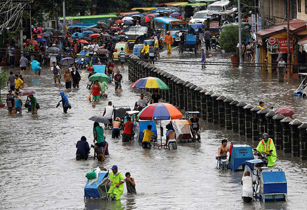 Bão vừa đổ bộ, người dân Philippines ngụp lặn trong nước lũ - Ảnh 6.
