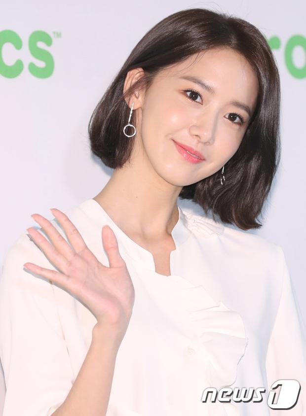 Đến với sự kiện lần này, Yoona tiếp tục khiến mọi người ngỡ ngàng với nhan sắc ngày càng xinh đẹp, rạng rỡ. Cô nàng chứng tỏ chỉ cần gương mặt đẹp thì bất kể mặc xấu hay mặc đẹp, tóc ngắn hay tóc dài thì cuối cùng cũng sẽ lung linh mà thôi!