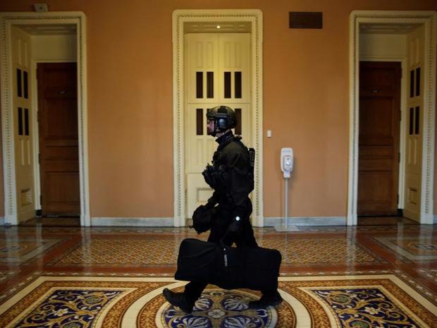 Cận cảnh Đội mật vụ bảo vệ Tổng thống Mỹ Donald Trump - Ảnh 7.