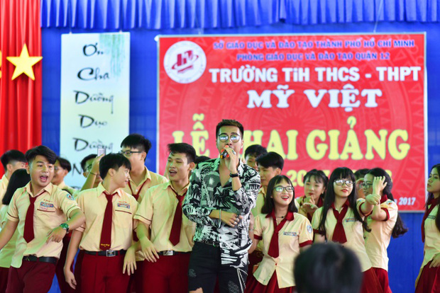 Only C, Miu Lê trở về tuổi thơ trong lễ Khai giảng trường TH-THCS-THPT Mỹ Việt - Ảnh 9.