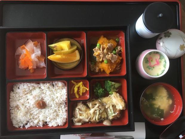 Đồ ăn bệnh viện đẳng cấp Nhật Bản: Nhìn qua bữa ăn của sản phụ, ai cũng tưởng đồ order nhà hàng - Ảnh 7.