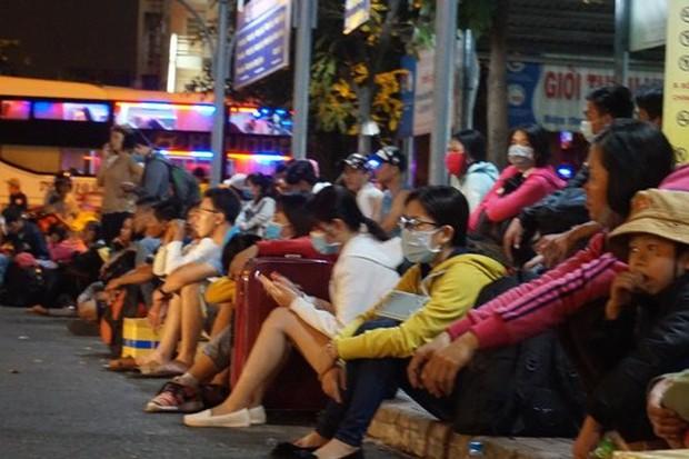 Bến xe Sài Gòn kẹt cứng lúc 2h sáng, khách vật vờ tìm đường về - Ảnh 8.