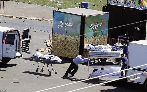 Cảnh tượng đau lòng sau vụ thảm sát đẫm máu nhất nước Mỹ: Túi đựng thi thể chồng chất, máu vương vãi khắp nơi - Ảnh 8.