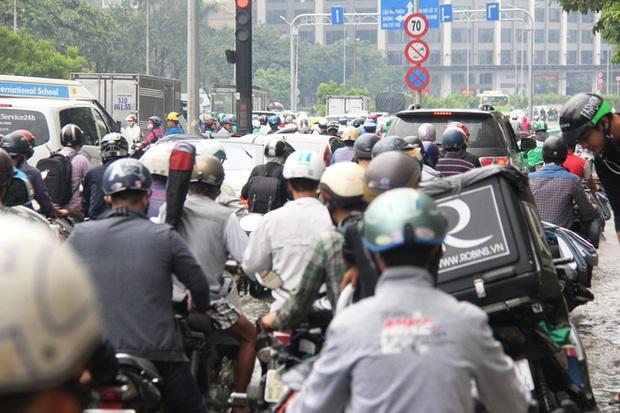Mưa từ sáng sớm, người Sài Gòn bì bõm lội nước, chen chúc nhau đi làm - Ảnh 9.