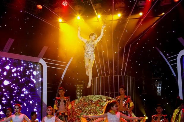 Đông Nhi sexy, Hồ Quỳnh Hương đu dây mạo hiểm trên sân khấu Gương mặt thân quen - Ảnh 4.