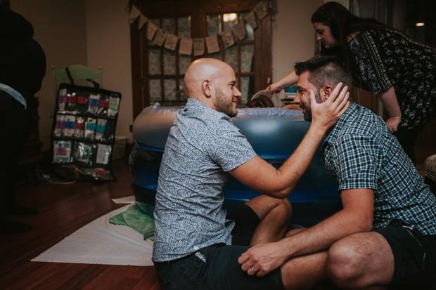 Cặp đồng tính nam bật khóc nức nở khi chứng kiến khoảnh khắc con đầu lòng chào đời - Ảnh 5.