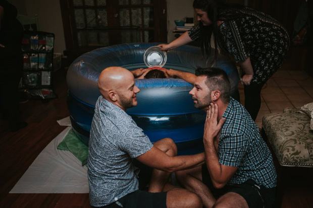 Cặp đồng tính nam bật khóc nức nở khi chứng kiến khoảnh khắc con đầu lòng chào đời - Ảnh 7.