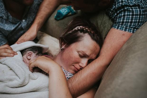Cặp đồng tính nam bật khóc nức nở khi chứng kiến khoảnh khắc con đầu lòng chào đời - Ảnh 13.