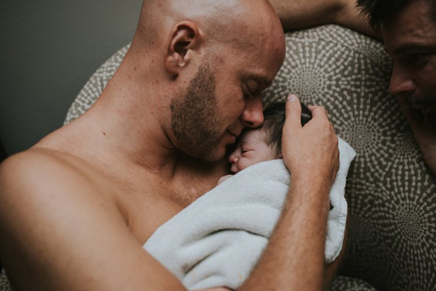 Cặp đồng tính nam bật khóc nức nở khi chứng kiến khoảnh khắc con đầu lòng chào đời - Ảnh 17.